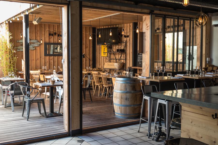 Restaurant avec terrasse, jardin et pergola avec coin fumeur